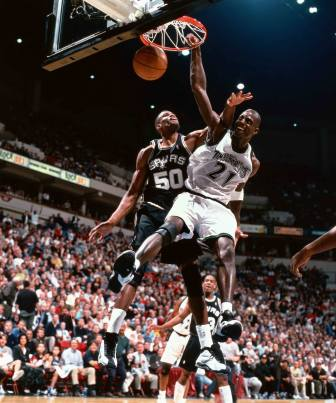 Au dunk face à David Robinson