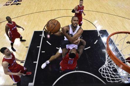 Au lay-up avec les Spurs