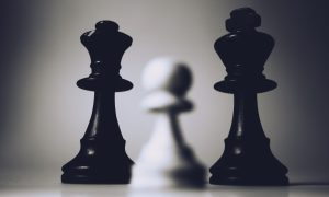 piezas de ajedrez en tablero pixabay