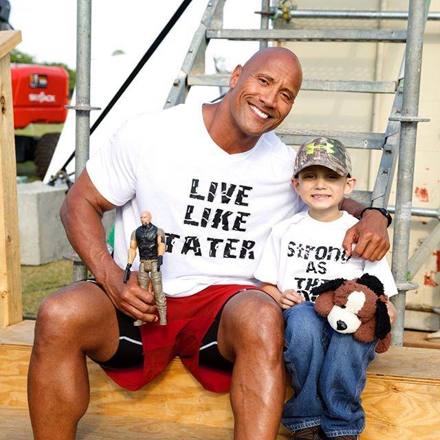 Dwayne Johnson con niño