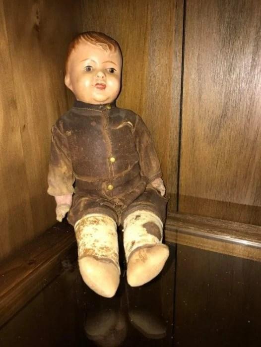 Cosas siniestras en casas viejas muñeco