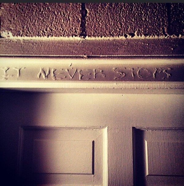Cosas siniestras en casas viejas marca