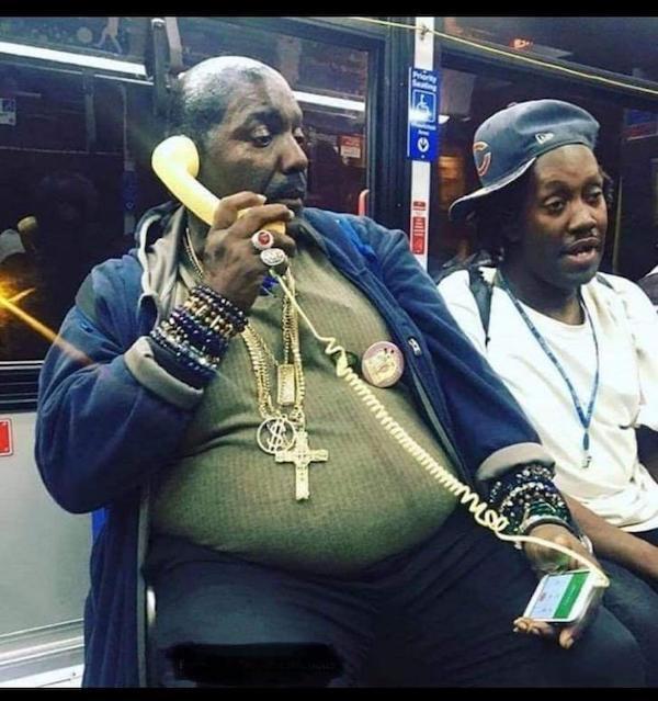 gente extraña metro rapero