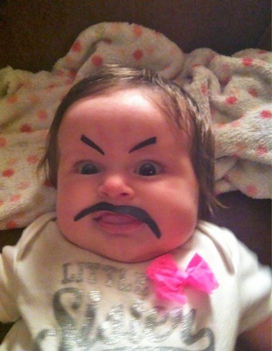 papás a cargo bigote falso bebé