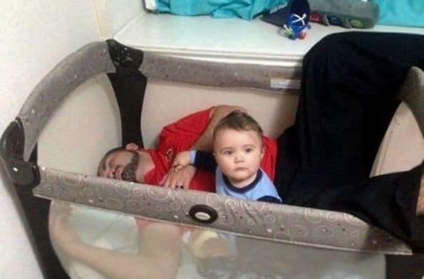 papás a cargo bebé en cuna
