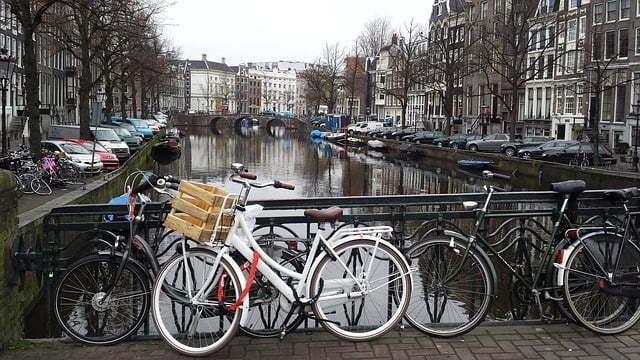 Amsterdam, ciudad reconocida por ser la bicicleta, uno de sus principales medios de transporte.