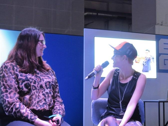 Charla sobre cosplay junto a otra modelo y la presentadora
