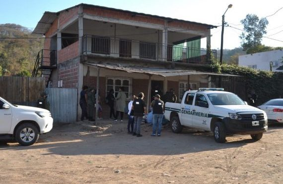 Allanan cinco domicilios donde acopiaban hojas de coca y mercadería de contrabando
