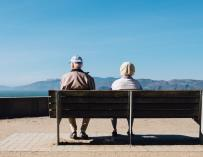 Fotografía de dos jubilados en un viaje con el Imserso.