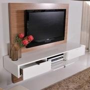 meuble tv suspendu sur un panneau mural