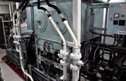 Pumpulla ajetaan dieselöljy sisään polttoainejärjestelmään raskasöljyn tilalle.