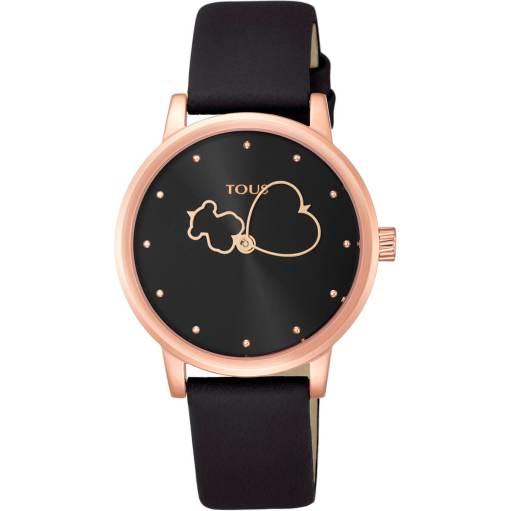 Reloj TOUS con correa de piel, caja de acero de 34 mm de diametro, fondo de la esfera en color negro. La aguja de los minutos tiene forma de corazón y la de las horas tiene forma de oso. Resistente al agua 50 metros
