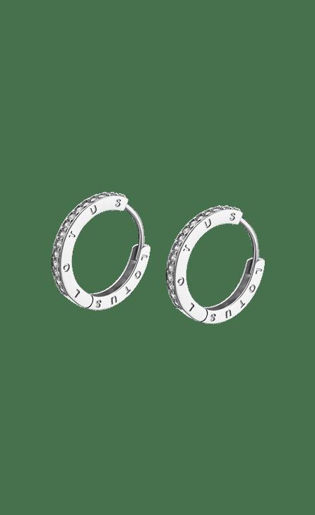 Aros Lotus Silver Lp1888-4/1 con Circonitas 21 mm. Aros de plata de 21 mm con cierre catalán y frontal cuajado de circonitas Blancas, todas ellas engastadas. Este pendiente es un indispensable en tu joyero. Pendiente ligero para tu mayor comodidad que con sus piedras de color da una sutil pero innegable elegancia. Todos los articulos se entregarán con su caja y garantia oficial. Producto fabricado en plata de 925 mm.