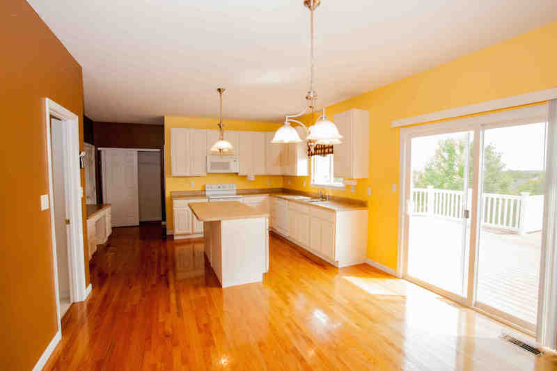 Kitchen w/hardwood floor