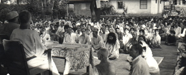 Swami Lakshmanjoo giving lecture