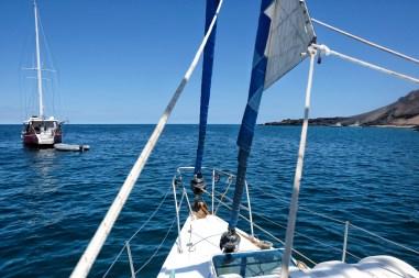 Ons zeilbootje de Marak op zee bij de Galapagos eilanden