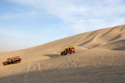 Met de buggy de woestijn in van Huacachina