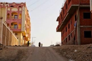 Moeder en kind lopen op straat in Dahar