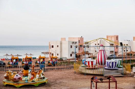 Leeg speelplein bij star beach in Dahar