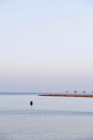 Egyptische vrouw in de rode zee bij publieke strand star beach in Dahar, Hurghada