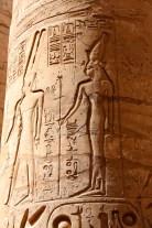 Een zuil met inscriptie bij Karnak tempel