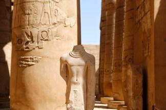 Beeld zonder hoofd in de zuilen gallerij in Karnak tempel
