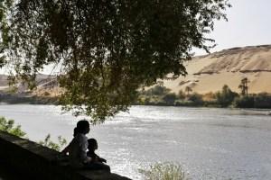 Kinderen kijken uit over de Nijl vanaf Kitchener eiland, Aswan, Egypte