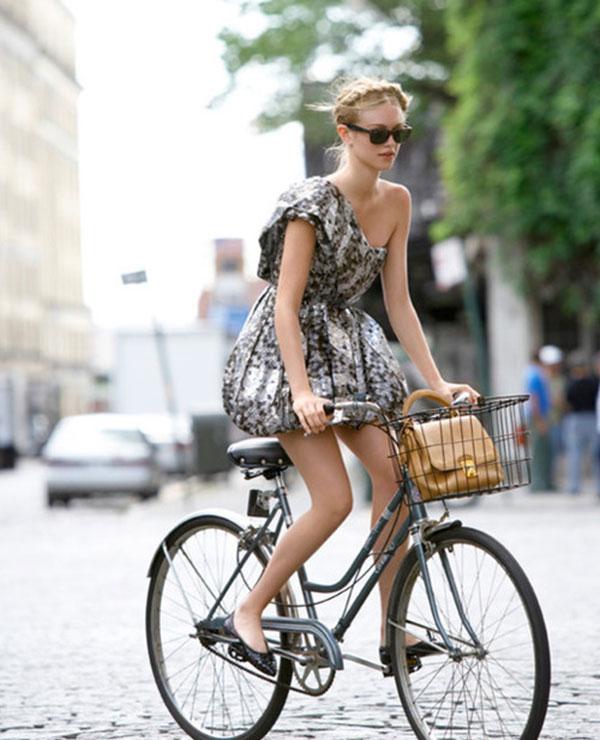 girl-on-bike_-la-la-lovely