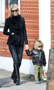 gwyneth-paltrow-black-blazer-black-riding-boots-jeans-weekend-mom-style-via-modenrcountrystyle.blogspot.co_.uk_