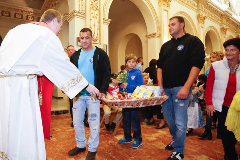Un millar kilos de alimentos para el Santísimo Cristo del Buen Acierto