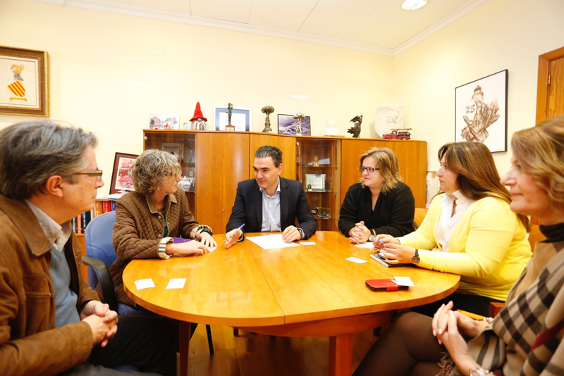 El alcalde de l'Alfàs del Pi se reúne con la gerente del Hospital Marina Baixa