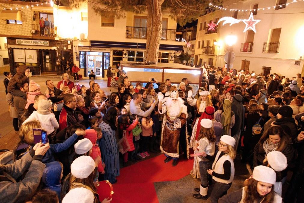 Los niños los grandes protagonistas de la cabalgata interactiva de Reyes Magos organizada por los Mayorales del Santísimo Cristo del Buen Acierto