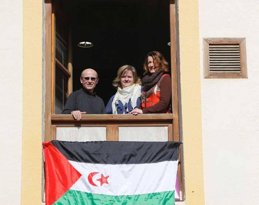 La bandera saharaui ondea en el Ayuntamiento de l'Alfàs con motivo del 40 aniversario de la RASD