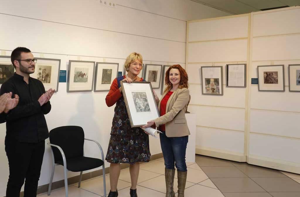 La fundación Eberhard Schlotter entrega un grabado quijotesco al ayuntamiento de l'Alfàs del Pi