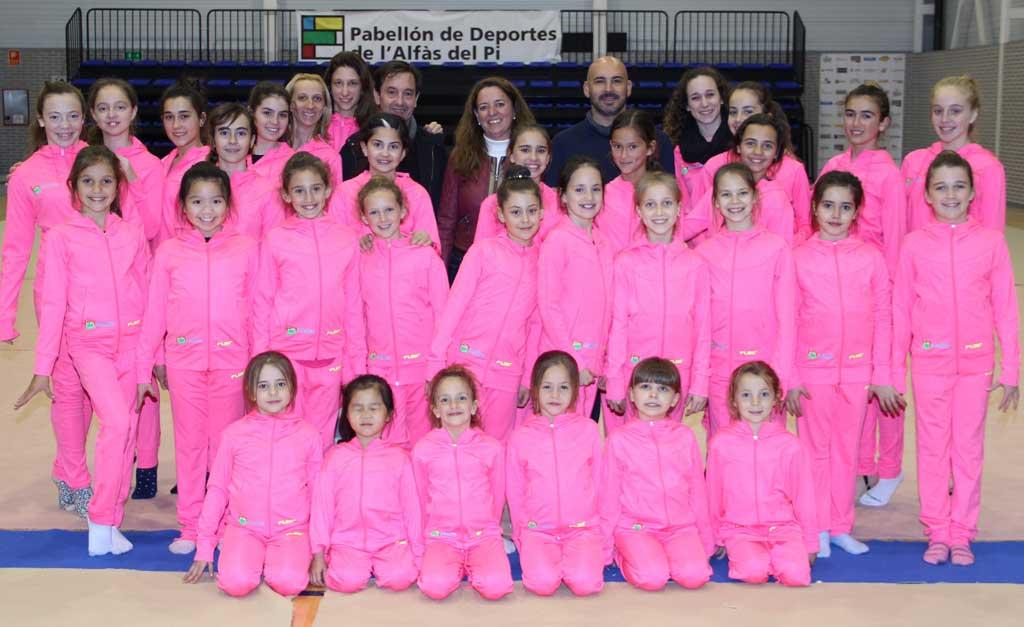 El club primavera de gimnasia rítmica de l'Alfàs del Pi estrena equipación gracias a los Supermercados Mendoza .