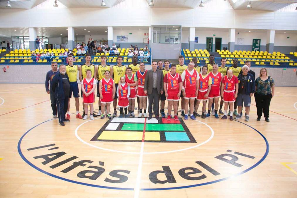 El equipo Junior Terra Alfàs y el Doble Amor se enfrentan en un partido amistoso en el Pabellón Pau Gasol