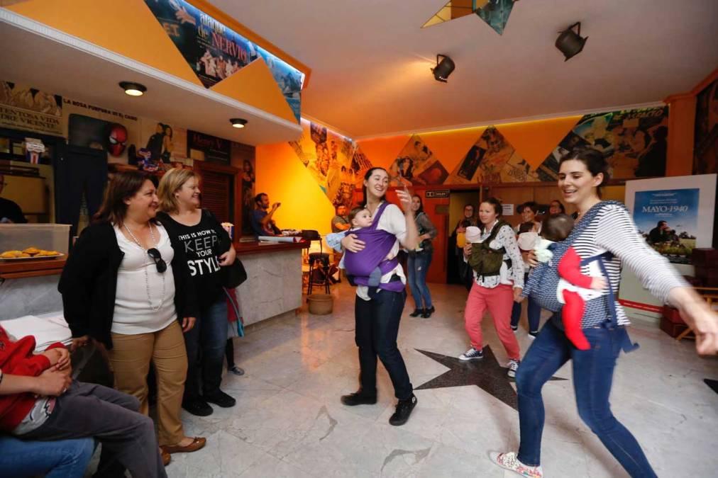 Más de 60 adultos y sus bebés asisten a la primera 'Sesión Teta' en el Cine Roma de l'Alfàs
