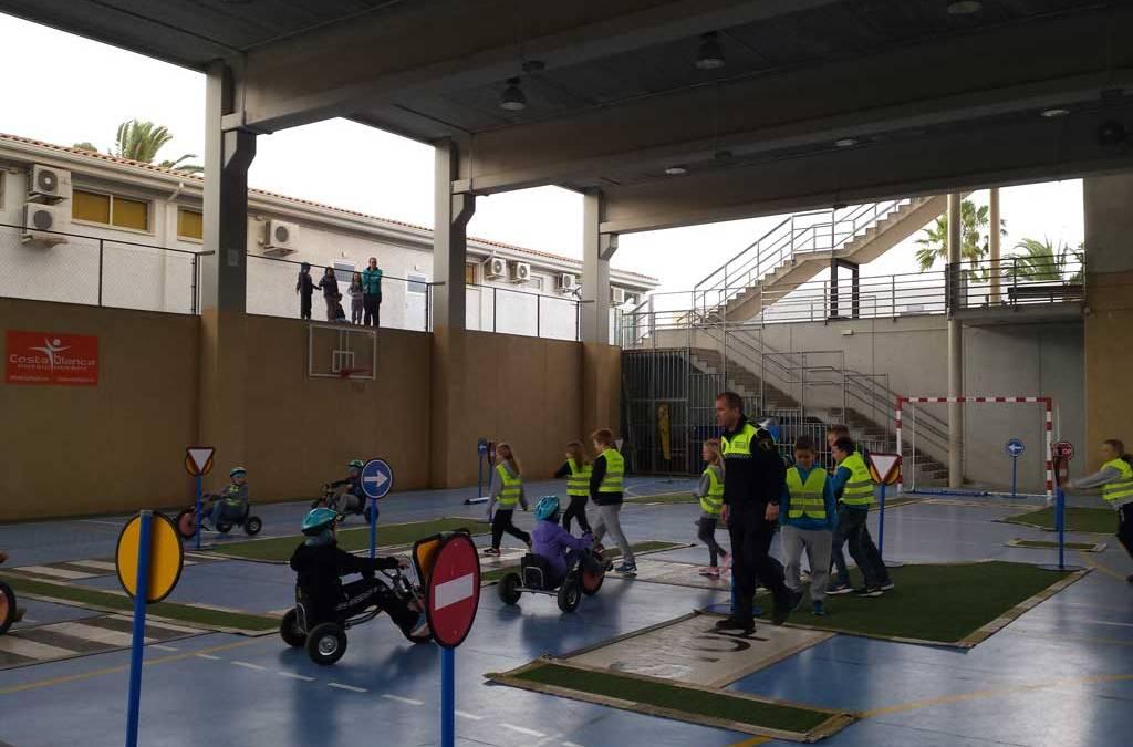 Medio centenar de alumnos del colegio noruego de l'Alfàs del Pi participan en el programa de educación vial