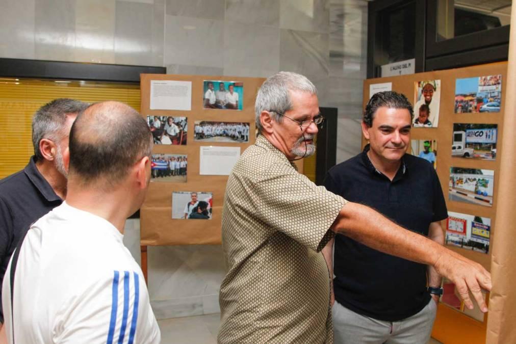El periodista y escritor Enrique Ubieta presentó su libro 'Zona Roja, la experiencia cubana del ébola' en l'Alfàs del Pi