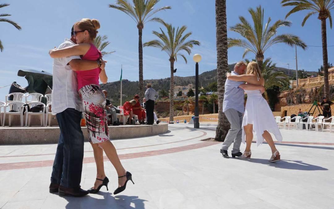 Aficionados al tango participan en una milonga en la playa de l'Albir