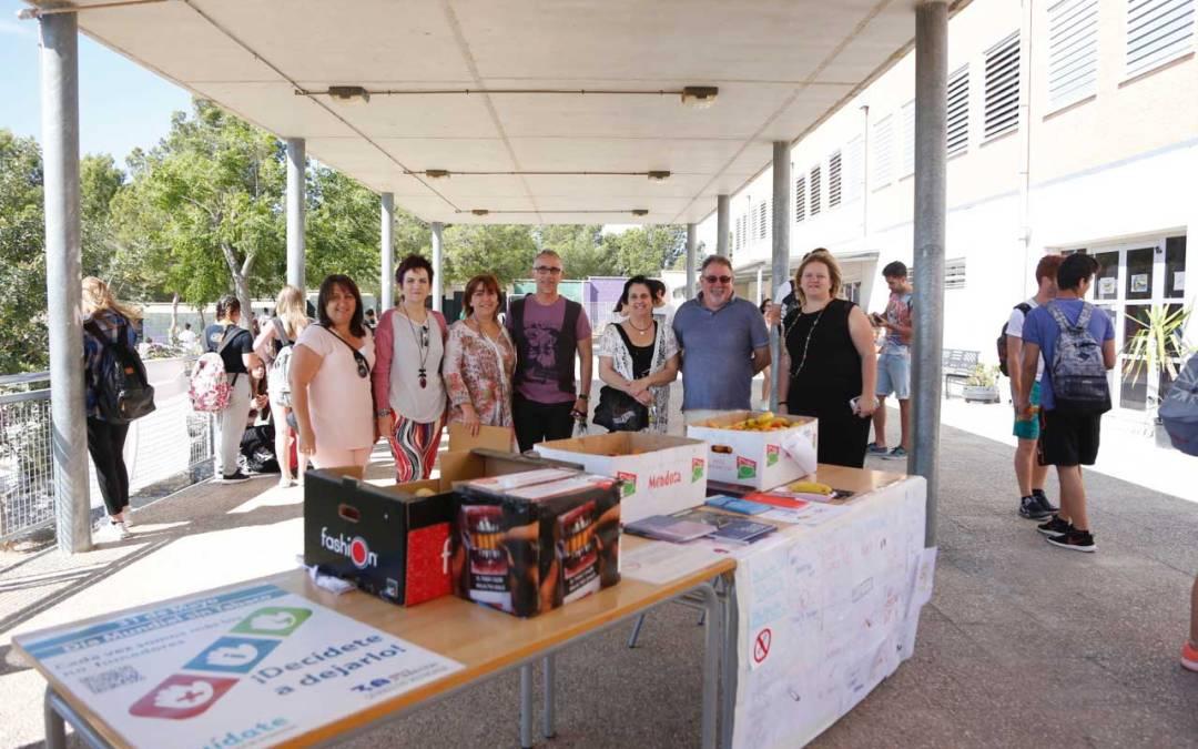 El ayuntamiento de l'Alfàs del Pi conmemora el Día Mundial sin Tabaco cambiando cigarrillos por fruta en el IES l'Arabí