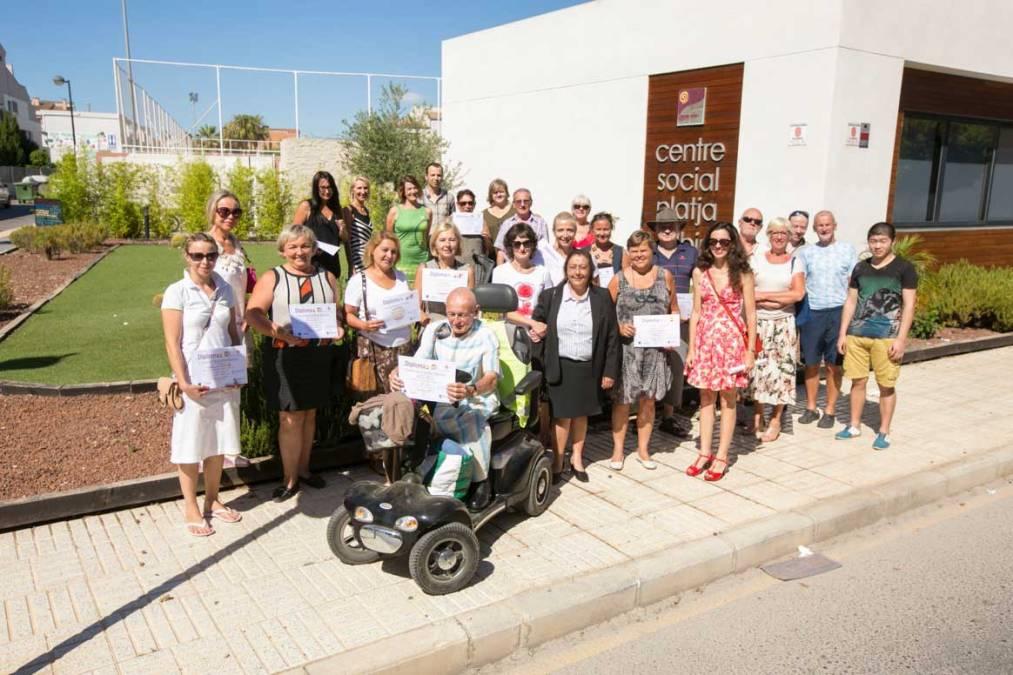 60 personas finalizan los cursos de español que imparte la Agencia AMICS de l'Alfàs del