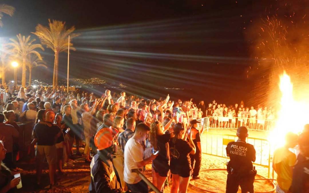 Los alfasinos dan la bienvenida al verano desde la Playa del Racó de l'Albir