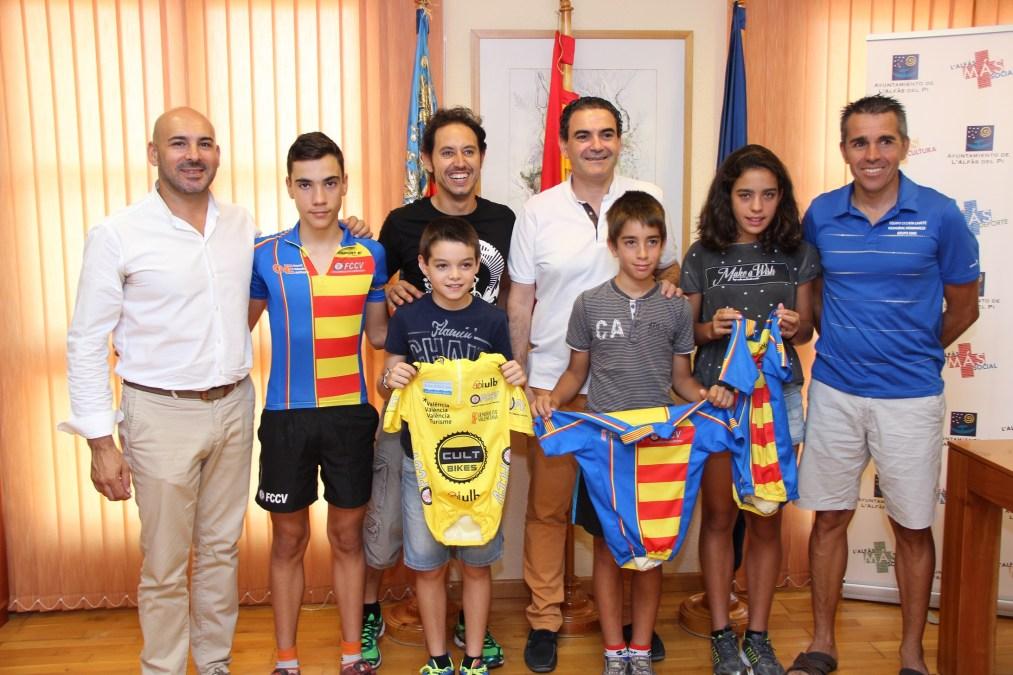 Los ciclistas destacados de esta temporada han sido recibidos por el Alcalde Vicente Arques .