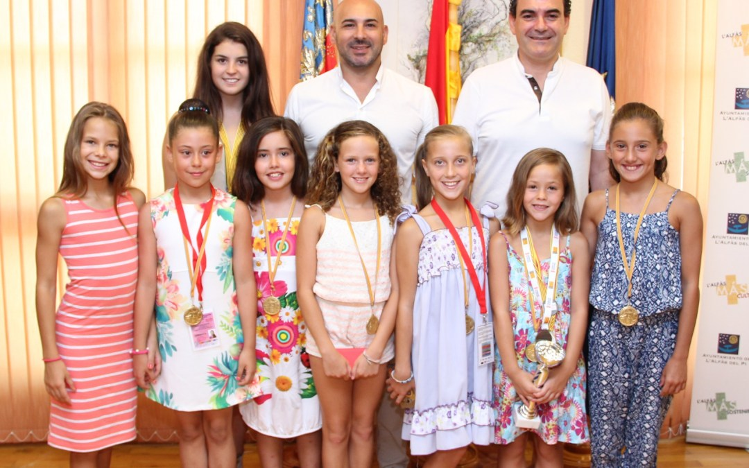El Alcalde Vicente Arques recibe a las gimnastas que han destacado esta temporada