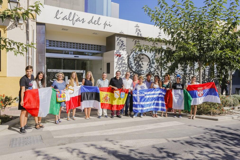 Las seis participantes en el programa de intercambio juvenil del Club de Leones visitan l'Alfàs del Pi