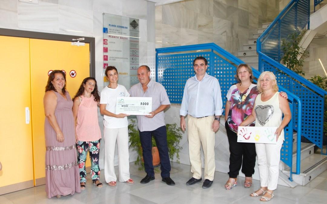 COEMPA hizo entrega a Integra de los 3.000 euros recaudados en su fiesta solidaria de l'Albir