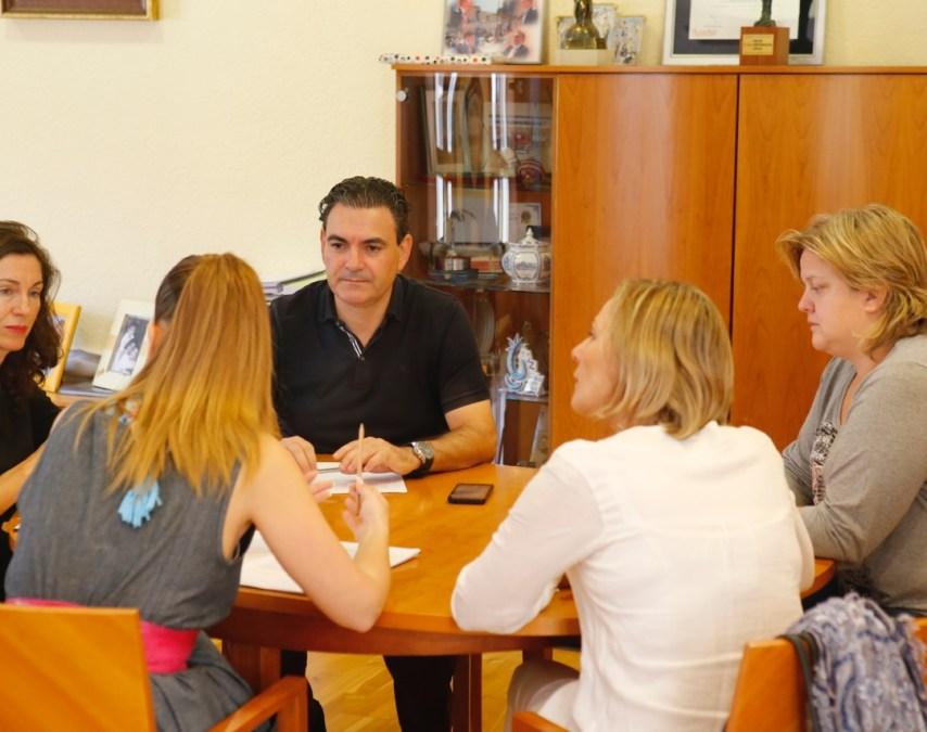 Cincuenta asociaciones y colectivos participan en el noveno Día Internacional de l'Alfàs del Pi