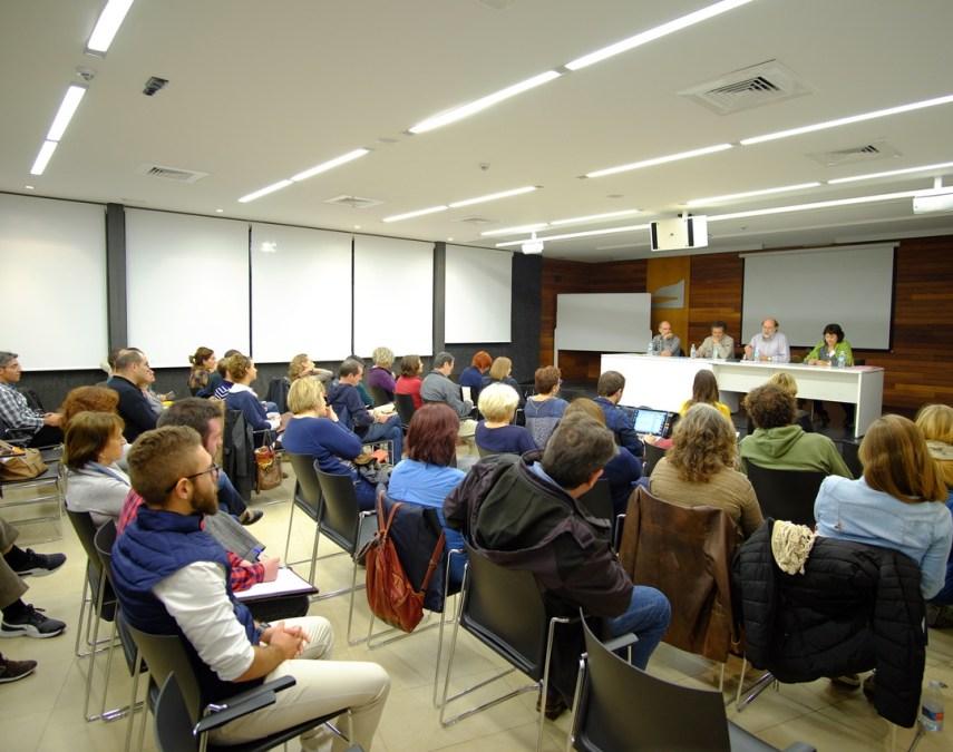 La conflictividad dentro de las aulas centró una nueva edición de las conferencias auspiciadas por Johan Galtung