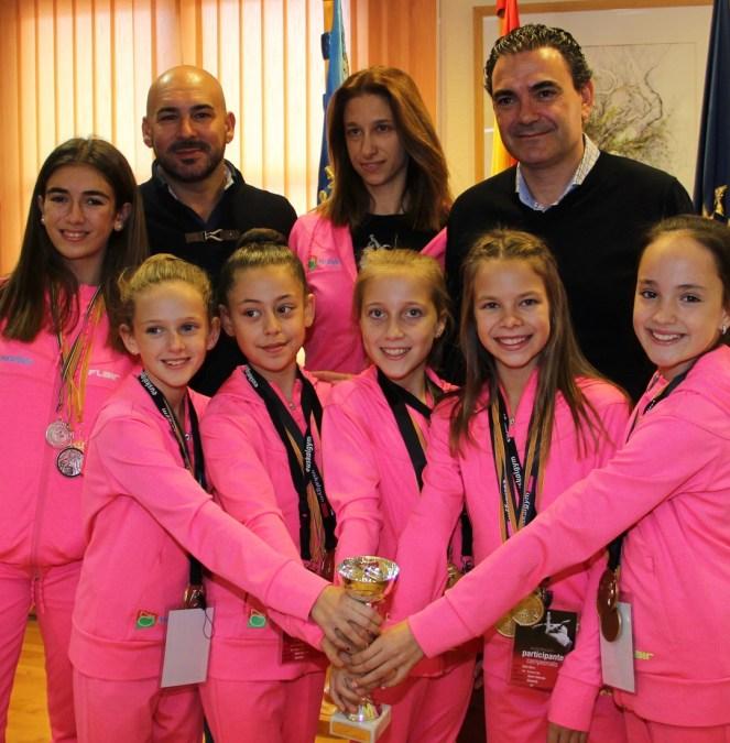 El Alcalde Vicente Arques recibe a las gimnastas Campeonas de la Comunidad Valenciana .